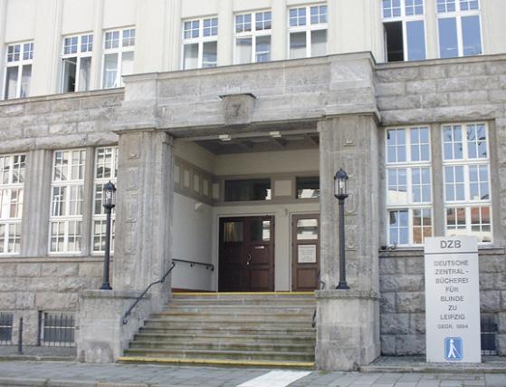 Abbildung des Eingangs der Deutschen Zentralbibliothek für Blinde zu Leipzig